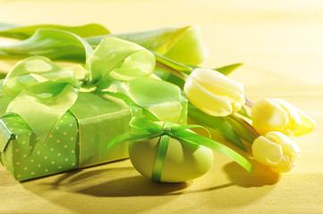 Geschenk mit Osterei