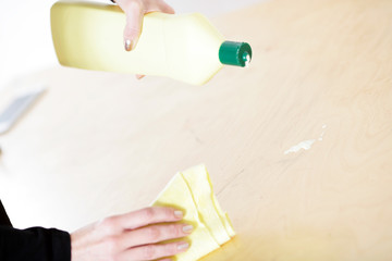 Person beim Putzen