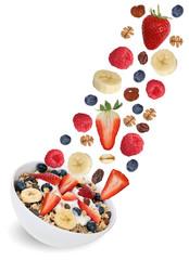 Fliegendes Frucht Müsli mit Früchte wie Himbeere, Banane und E