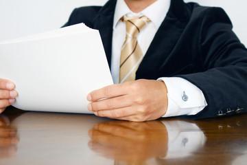 資料に目を通すビジネスマン Businessman and documents