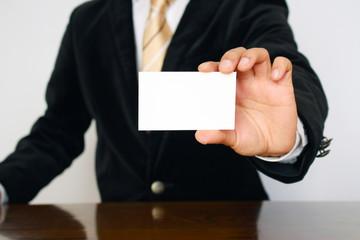 名刺を見せるビジネスマン Businessman showing his business card