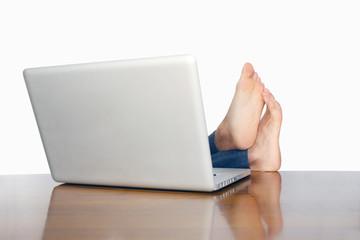 机の上に足をのせる無気力な人 putting lazy legs on a desk