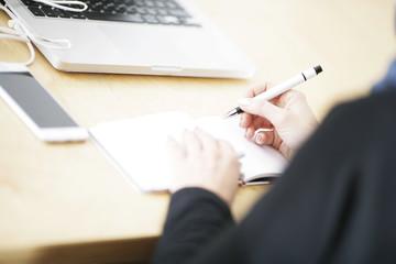 Person macht Notizen in Orginizer
