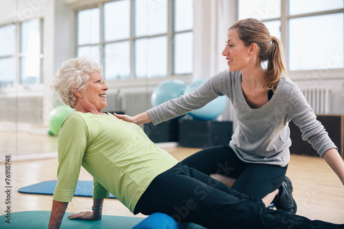 Leinwanddruck Bild Physical therapist working with a senior woman at rehab