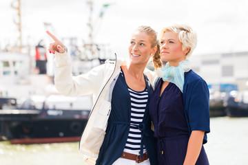 Freundinnen stehen am Hafen Kai