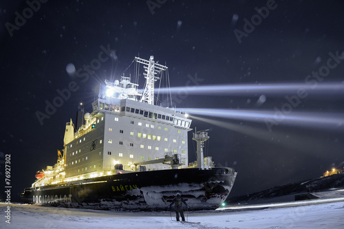 Fotobehang Antarctica 2 human vs icebreaker