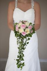 Braut mit grossem brautstrauss