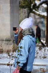mujer fotografiando un paisaje urbano