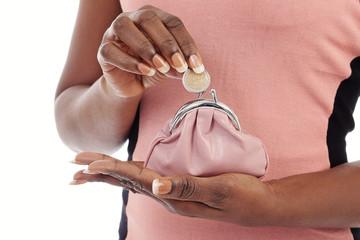 femme noire tenant porte-monnaie