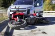 Verkehrsunfall mit einem Auto und einem Motorrad - 76939368
