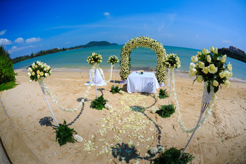 The wedding tseromoniya on the seashore in Thailand