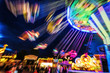 Leinwanddruck Bild - Traditionelles Kettenkarussell bei Nacht