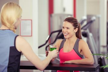 frau trinkt ein sportgetränk im fitness-club