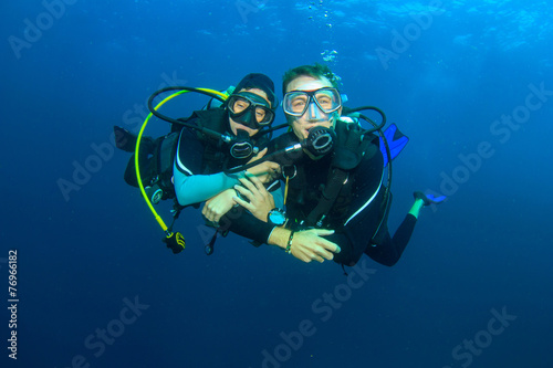 Staande foto Duiken Happy couple scuba diving together