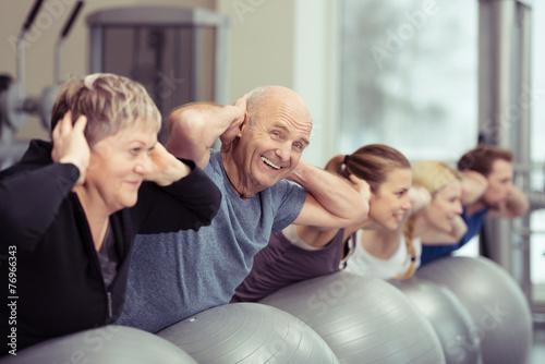 Leinwandbild Motiv senior macht sport in der gruppe