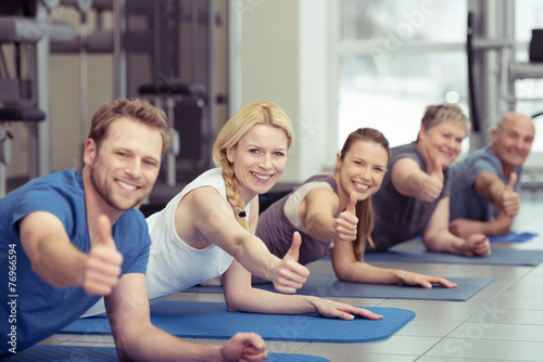 Leinwanddruck Bild sportgruppe zeigt daumen hoch