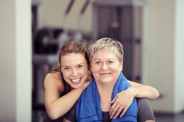 mutter und tochter trainieren im gleichen fitness-studio
