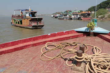 Trafic sur le fleuve Irrawaddy à Mandalay
