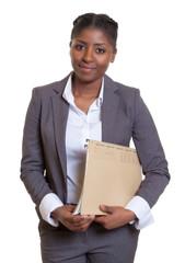 Freundliche Geschäftsfrau aus Afrika mit Akte