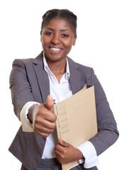 Lachende Geschäftsfrau aus Afrika mit Akte ist optimistisch