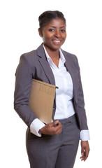 Geschäftsfrau aus Afrika mit Akte