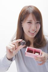 チョコレートを持つ女性