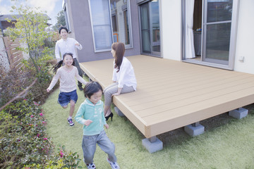 庭で遊ぶ家族