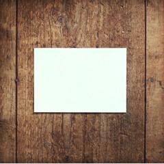 Carte postale vide sur fond bois