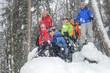 fröhliche Schneeschuhwanderer im Wald