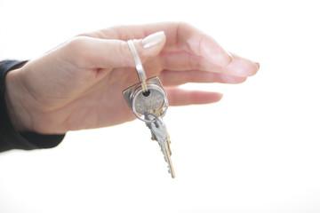 Person hält Schlüsselbund