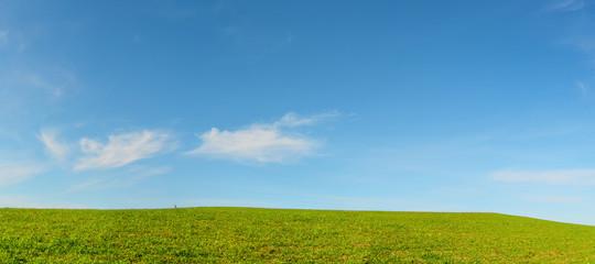 Collina verde con nuvole