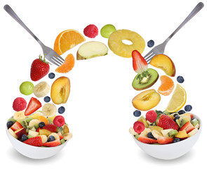Fruchtsalat essen mit Früchte wie Orange, Apfel, Banane, Pfirsi