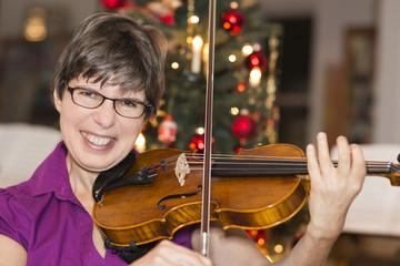 Frau spielt Geige