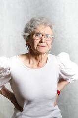 alte Frau mit Rückenschmerzen