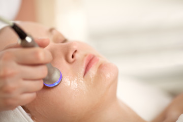 Lifting procedure at the beauty treatment salon