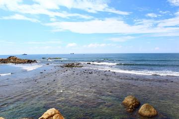 Волны нагоняют на берег, индийский океан