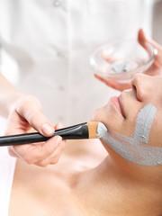 Oczyszczanie skóry twarzy, maseczka z zielonej glinki