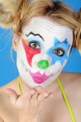 Bunt geschminkter Clown gibt Kuss