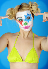 Clown in Bikini zeigt Vogel