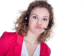 Junge Frau im Callcenter ist genervt und ärgert sich