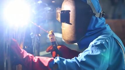Schlosser in Fabrik beim Schweißen
