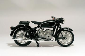 Motocicleta antígua aislada en blanco © jiortola
