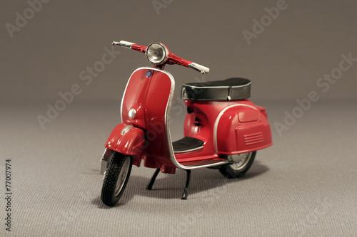 Scooter antíguo rojo aislado en gris - 77007974
