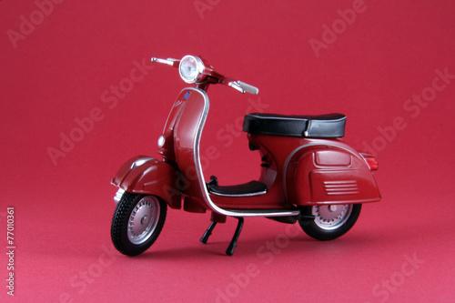 Fotobehang Scooter Scooter antíguo rojo aislado en rojo