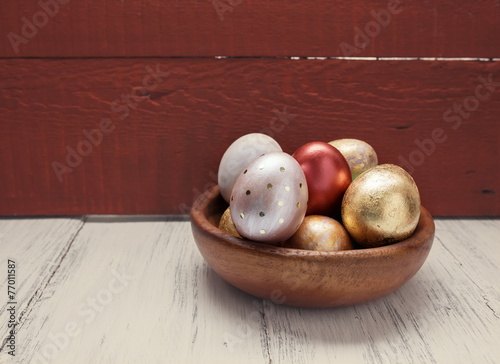 Papiers peints Ouf Golden and red Easter eggs in wooden plate