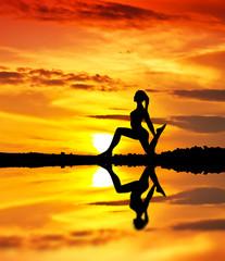 mujer haciendo gimnasia en el lago