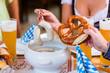 Leute essen Weißwurst in bayerischem Restaurant