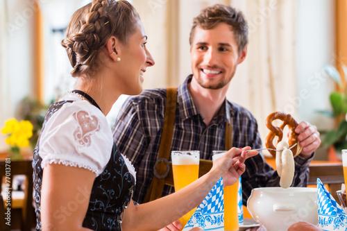 Mann und Frau in bayerischem Restaurant - 77013781