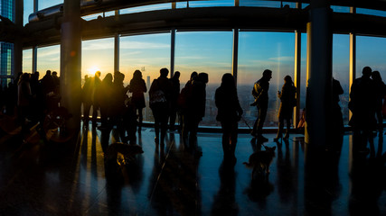 Silhouette di un gruppo di persone su un grattacielo