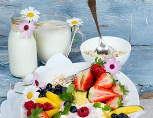 Gesunder Genuss zum Frühstück: Obst, Milch und Joghurt :)